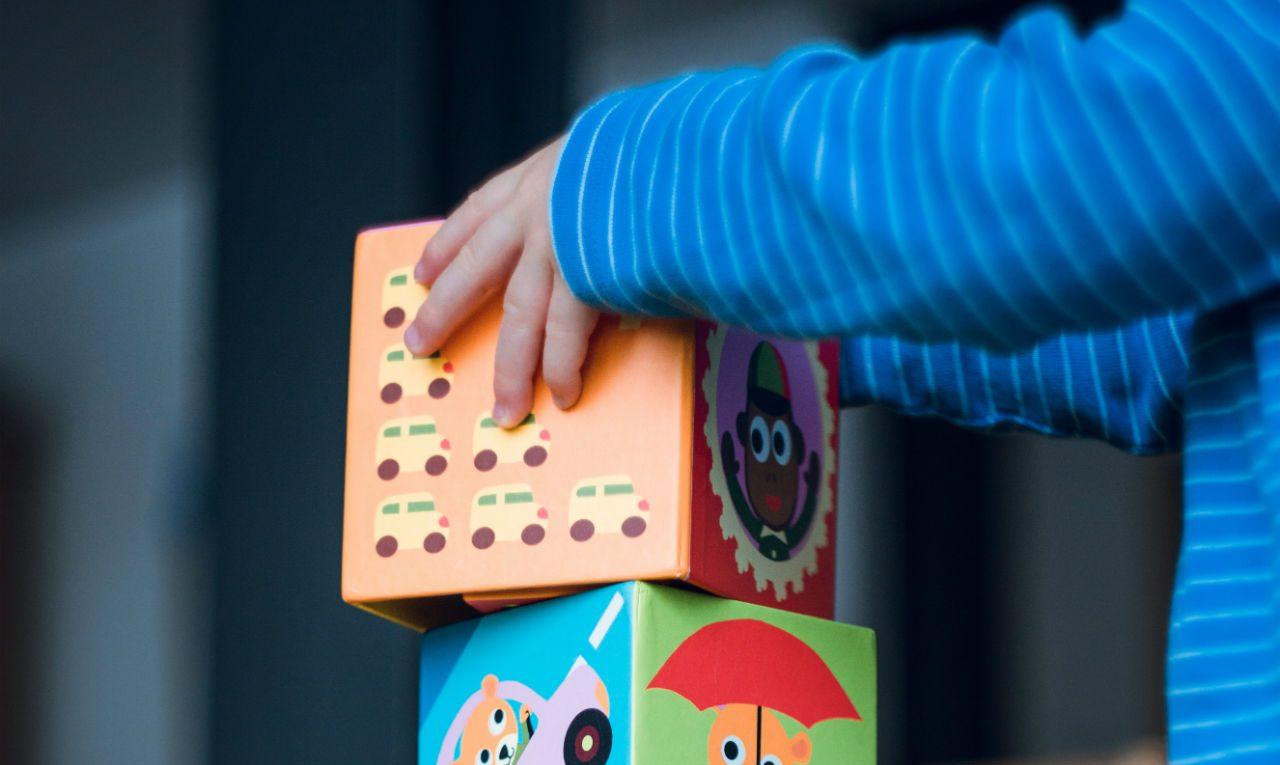 Kind stapelt blokken, babyspeelgoed